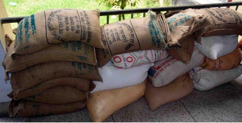 ফেনীতে করোনার ত্রাণের চাল ছিনিয়ে নিয়েছে সন্ত্রাসী ছাত্রলীগ নেতা